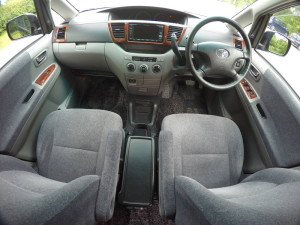 Picture of driver and front passenger seats in 2004 Toyota Noah