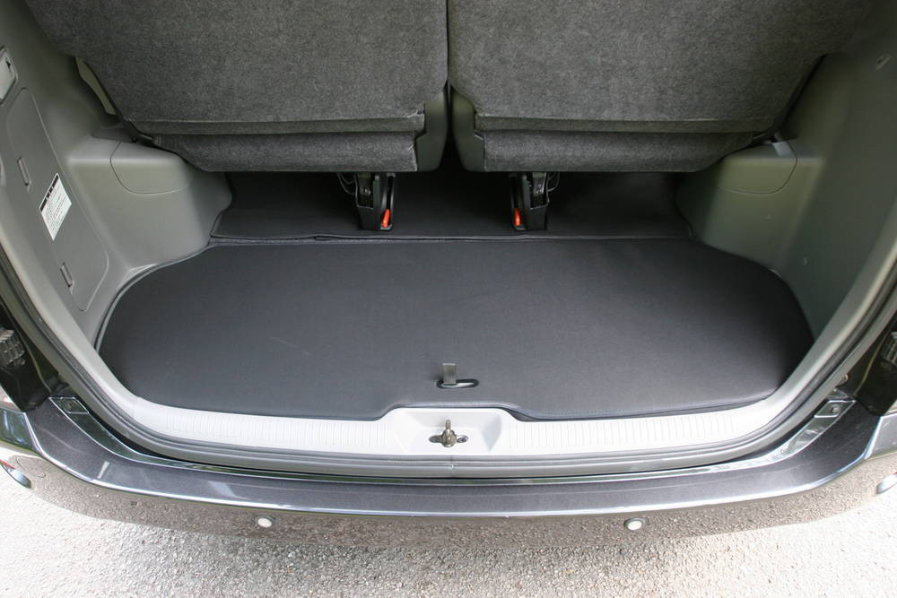 Toyota Noah boot space with flap closed - Andrew's ...