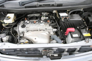Picture of the engine bay of a Toyota Noah