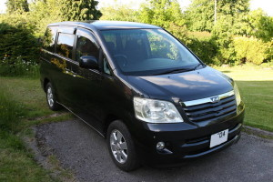 Picture of the front right aspect of a 2004 Toyota Noah