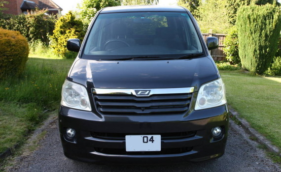 Picture of the front of a 2004 Toyota Noah
