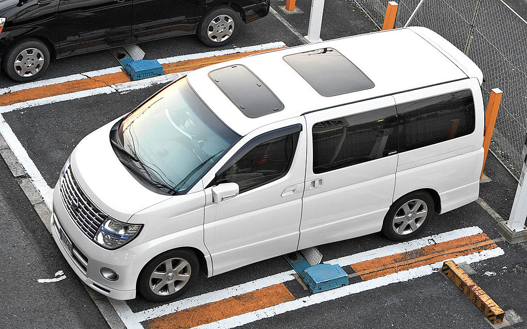 Picture of a Nissan Elgrand E51 from above