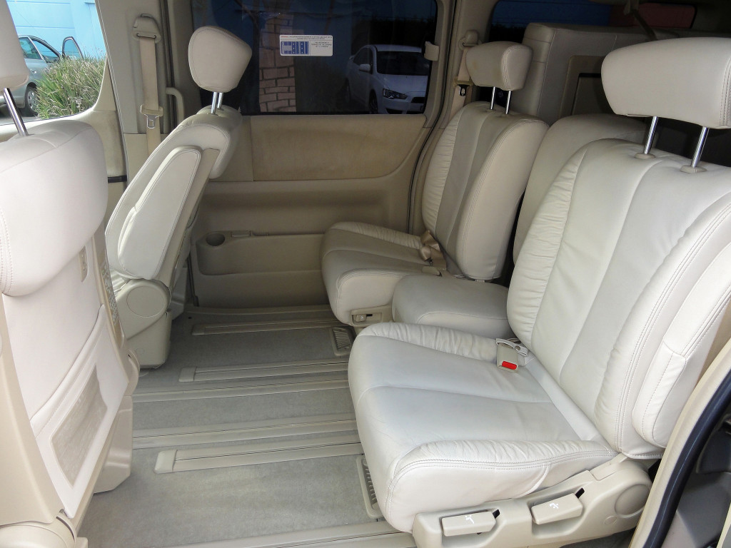 Picture of the interior middle row seats of a Nissan Elgrand E51 Rider