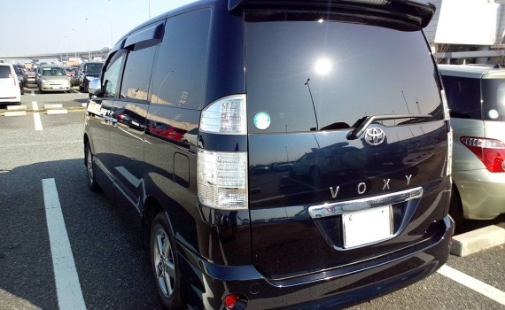 Picture of the rear of a 2005 Toyota Voxy