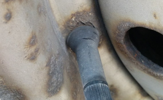 Picture showing cracks in a rubber wheel valve stem