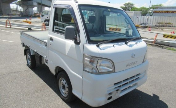 Picture of the front right corner of a Daihatsu Hijet 4WD kei truck for sale