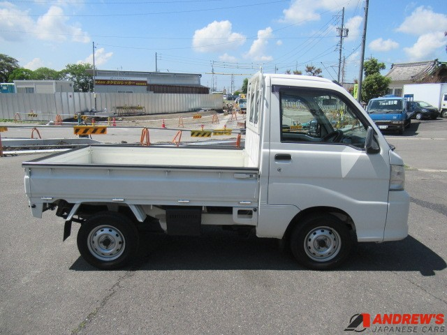 Picture of the right side of a Daihatsu Hijet 4WD kei truck for sale